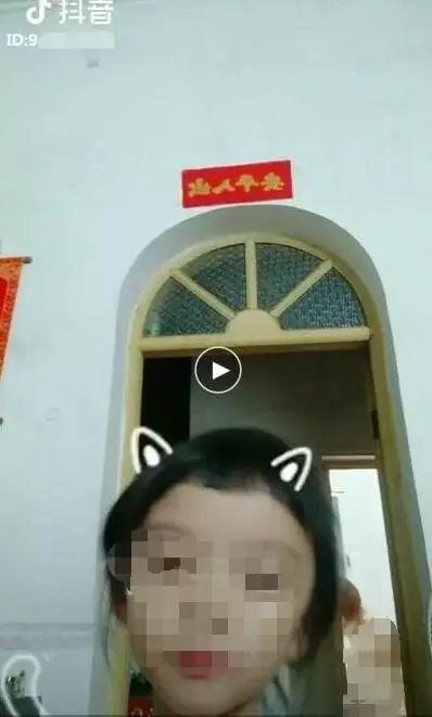 抖音小学生拍妈洗澡、妹纸拍室友换衣服视频(咻咻)